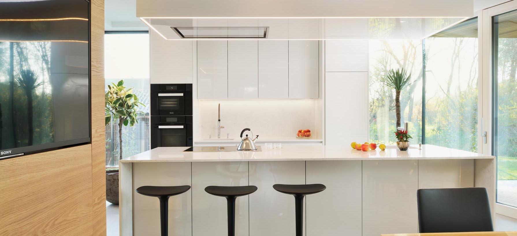 kuhinja bela visoki sijaj