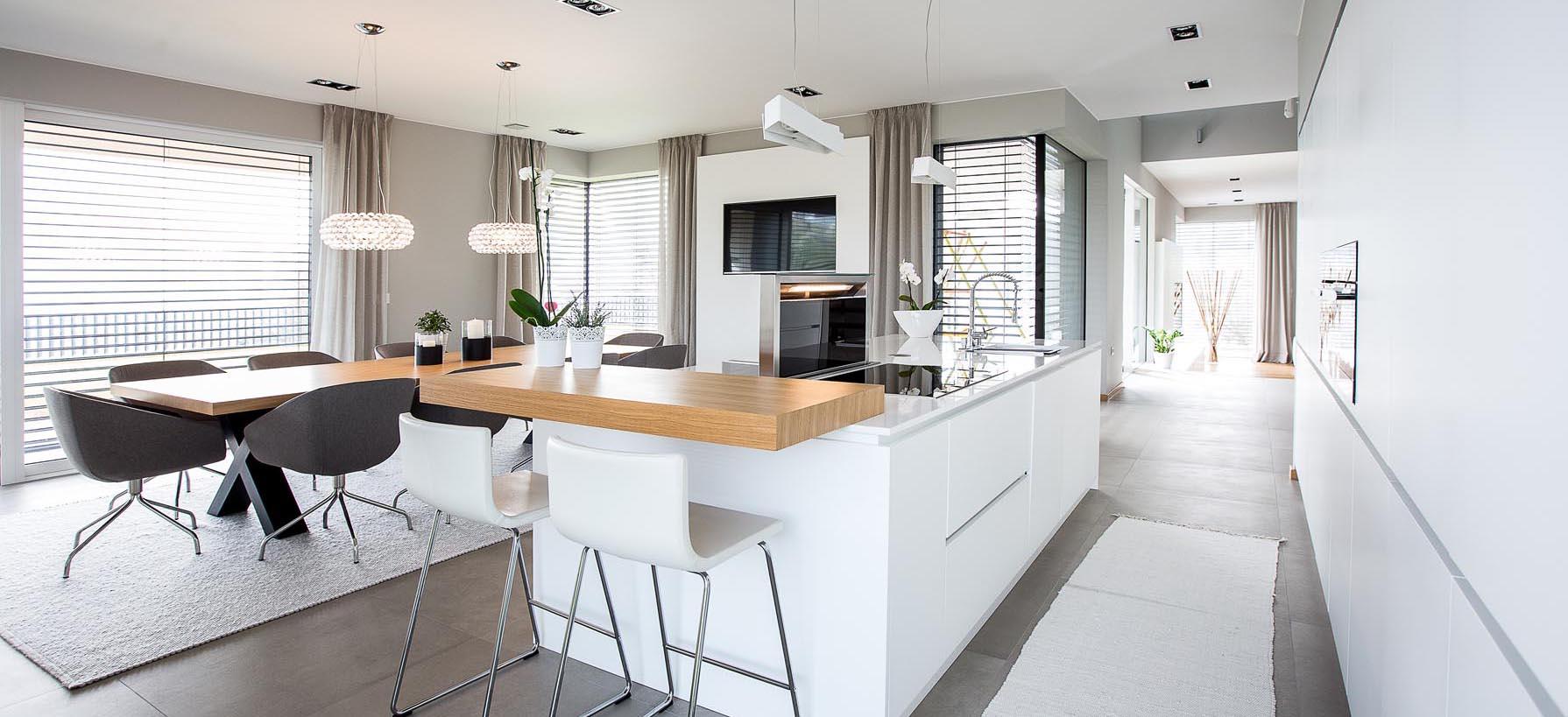 Kombinacija bele in lesa v kuhinji
