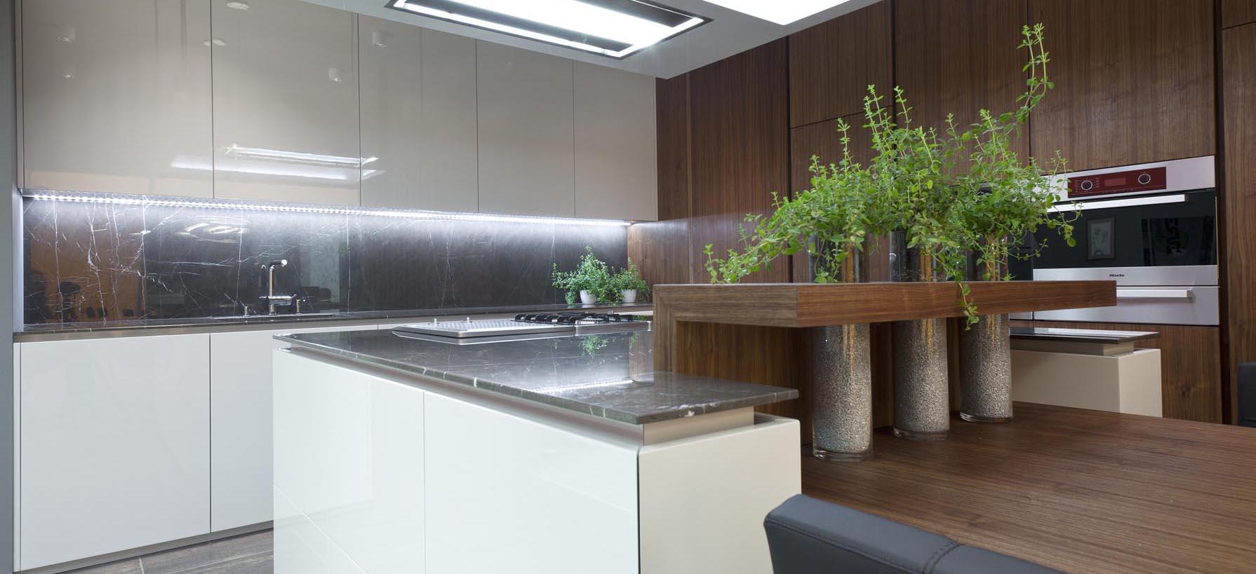 Kuhinja visoki sijaj s sivim pultom