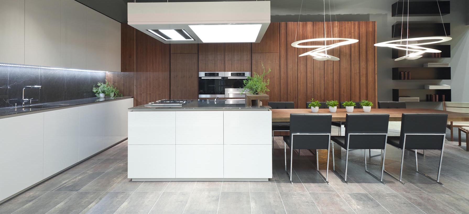 Moderna kuhinja z jedilnico